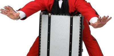Zauberer fliegt auf seinem koffer